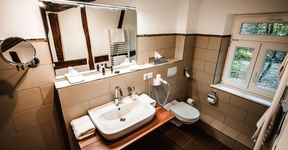 Das Bad im Zimmer Mühlenstube im Hotel Kahltalmühle