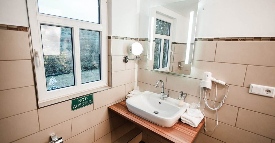 Das Bad im Zimmer Glofblick im Hotel Kahltalmühle